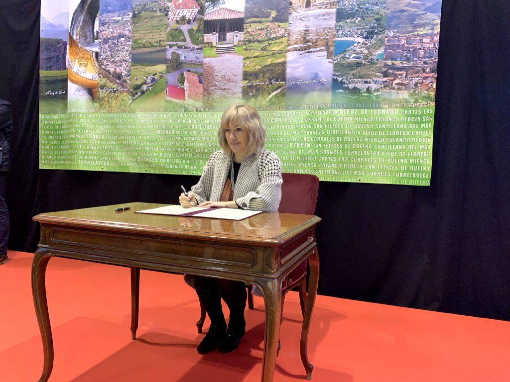 Alcaldesa de Polanco durante la firma del protocolo