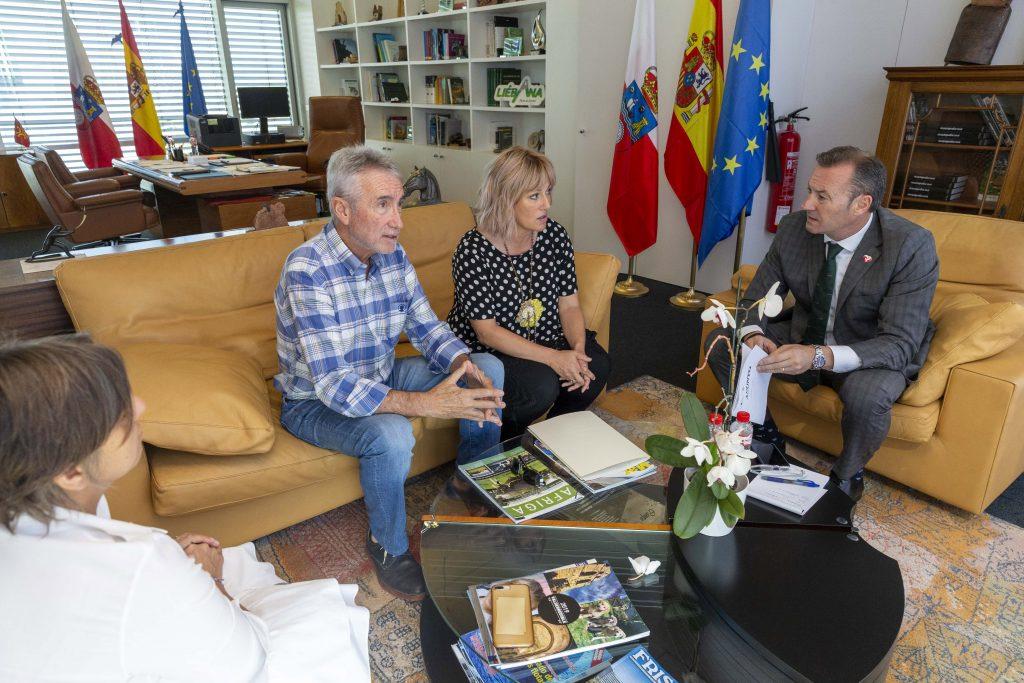 El consejero Guillermo Blanco en su reunión con la alcaldesa de Polanco, Rosa Díaz Ferñández, y los concejales Avelino Rodríguez Muriedas y Alicia Martínez Bustillo