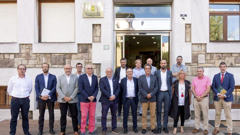 El consejero de Innovación, Industria, Transporte y Comercio, Francisco Martín, se reúne con los alcaldes del Besaya para presentar el estudio de alternativas para la comarcalización del transporte de viajeros por carreteras.