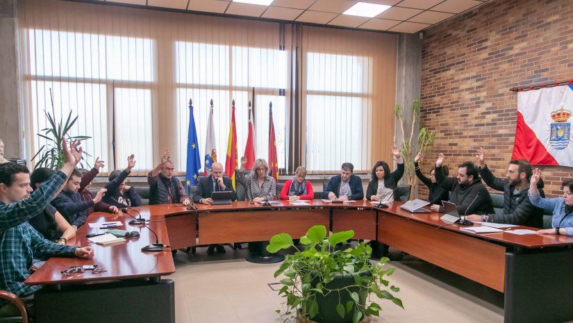 Pleno de Polanco presidido por la alcaldesa, Rosa Díaz Fernández, durante una votación