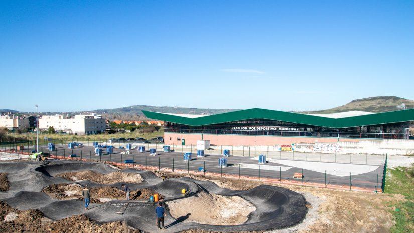 Parcela donde se ubica el área deportiva de Requejada, donde se construye el Pump Track