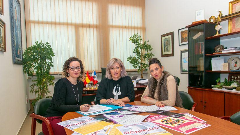 La alcaldesa, Rosa Díaz Fernández; la concejal de Igualdad, María José Liaño García; y la coordinadora de APIG, Ángela Gómez Pereda, durante la presentación de los actos