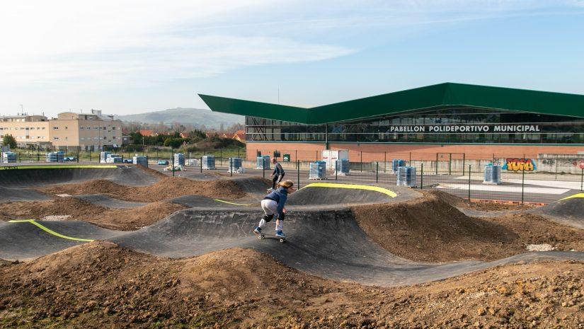 Aficionados practicando deporte en las nuevas instalaciones del Pump Track de Requejada