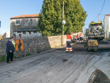 La alcaldesa de Polanco, Rosa Díaz Fernández, revisando unos trabajos de asfaltado de caminos junto al concejal de Barrios, Fernando Sañudo Pérez