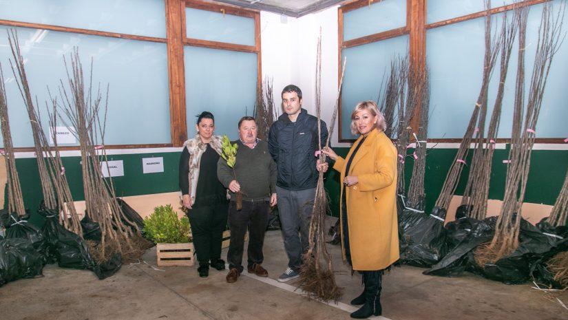La alcaldesa y los concejales durante la entrega de los árboles a un vecino