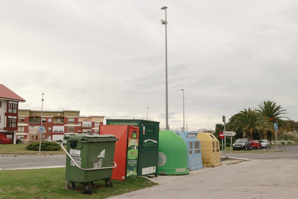 ontenedores de uno de los puntos de recogida de basura situado en el centro de Rinconeda