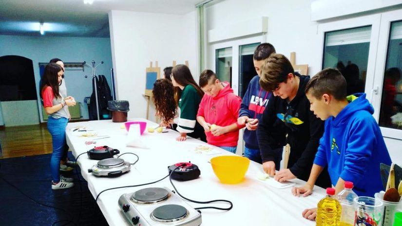 Jóvenes de Polanco en un taller de cocina