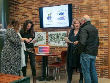 La alcaldesa y la concejal de Igualdad explicando el contenido de la encuesta a dos vecinos del municipio
