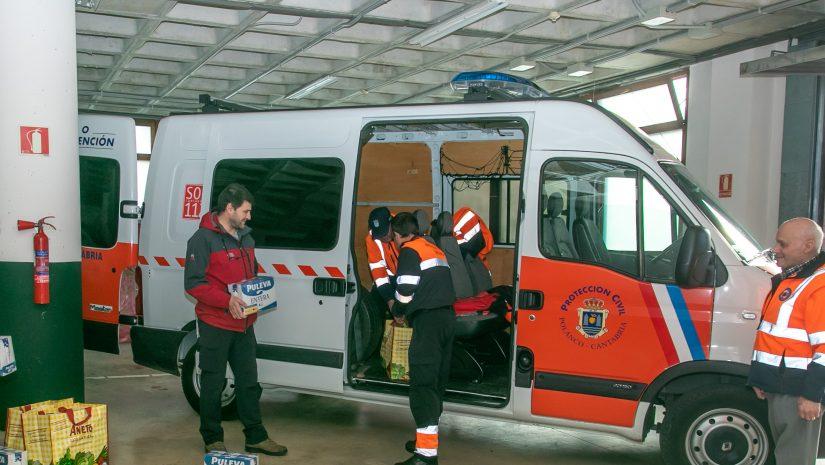 oluntarios de Protección Civil de Polanco preparando el transporte de alimentos a personas que viven solas