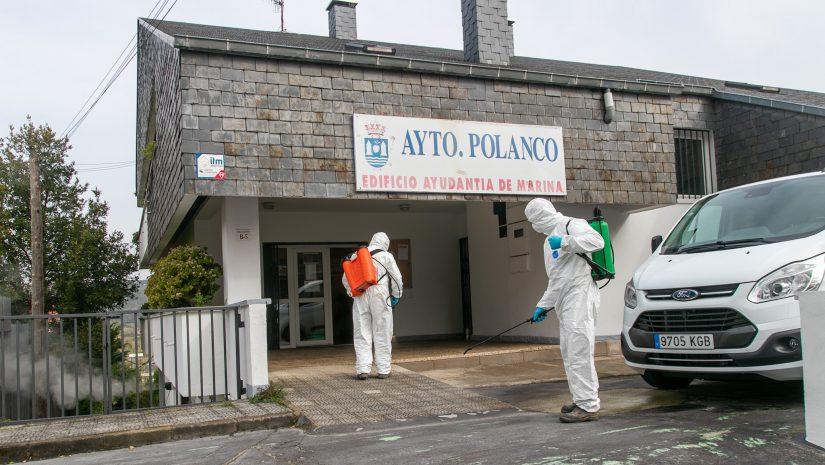 Operarios que llevan a cabo la desinfección den las calles de Polanco