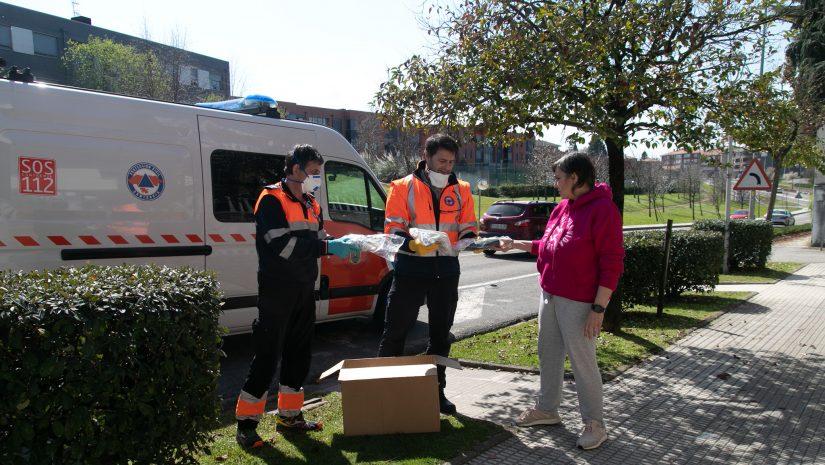 Voluntarios de Protección Civil de Polanco entregan el material necesario para confeccionar mascarillas