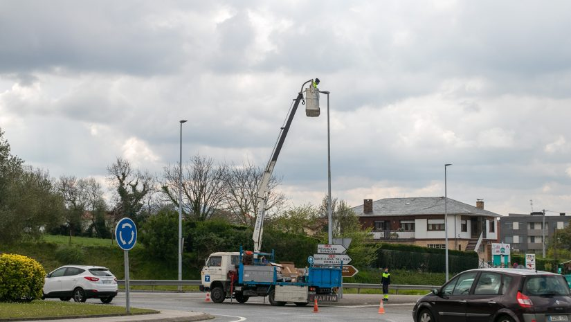 Trabajos de cambio a led de las luminarias situadas en la glorieta de Requejada