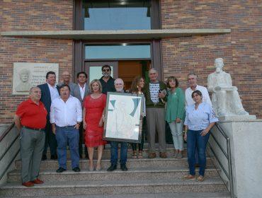Anthony Clarke (cuarto por la derecha) junto a los últimos alcaldes de Polanco, el pintor Pedro Sobrado y asistentes al acto organizado por el municipio en agosto de 2018