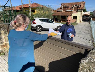 Concejal de Polanco durante la entrega de las mascarillas a un vecino en la mañana de hoy, sábado