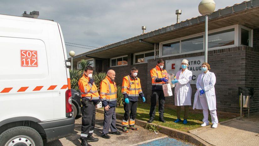 Entrega de las máscaras sanitarias a los responsables del centro de salud de Polanco