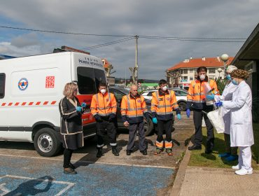 La alcaldesa y voluntarios de Protección Civil durante la entrega de material a los sanitarios del centro de salud
