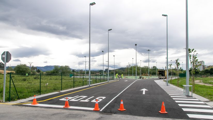 Obras de remate y pintado del nuevo aparcamiento de Rinconeda, situado junto al campo de fútbol y la zona de ocio