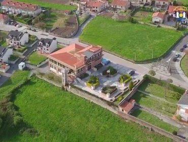 Vista aérea del centro de Polanco, con el Ayuntamiento en primer plano