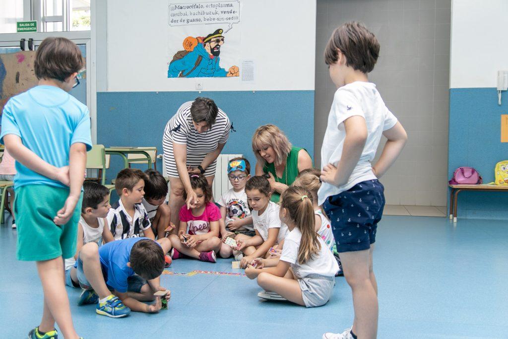 La alcaldesa de Polanco, Rosa Díaz Fernández, y la concejal de Juventud, Alicia Martínez Bustillo, durante su visita al campamento urbano del colegio Pérez Galdós en 2019