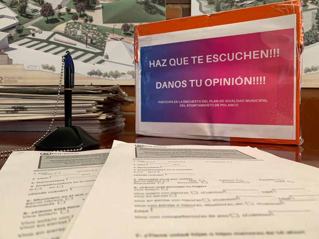 Urna y encuestas dispuestas en el punto informativo situado en el Ayuntamiento de Polanco