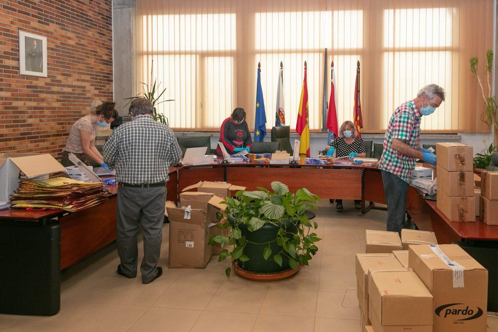 Alcaldesa y concejales preparando los lotes de material didáctico que se repartirán desde mañana