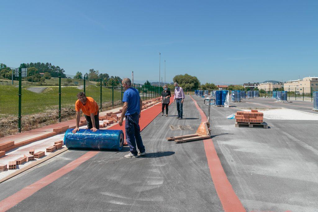 La alcaldesa y el concejal de Deportes revisan los trabajos de colocación del pavimento especial en la pista de atletismo