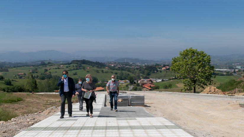 Alcaldesa, concejales y representante de la empresa comprueban la marcha de los trabajos de urbanización en la zona de Alto Pedroa