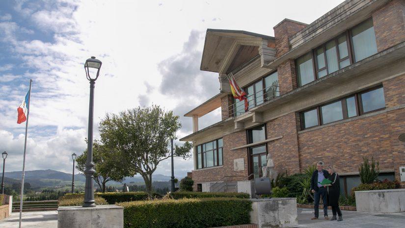 La alcaldesa revisa las nuevas luminarias con tecnología Led que está instalando el Ayuntamiento en distintos puntos del municipio