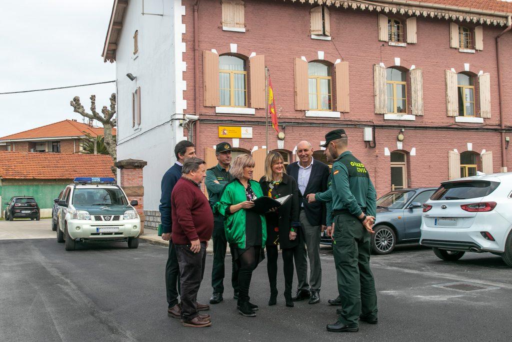 Los tres alcaldes y los responsables de la Guardia Civil durante una visita al Cuartel de Polanco (Archivo)
