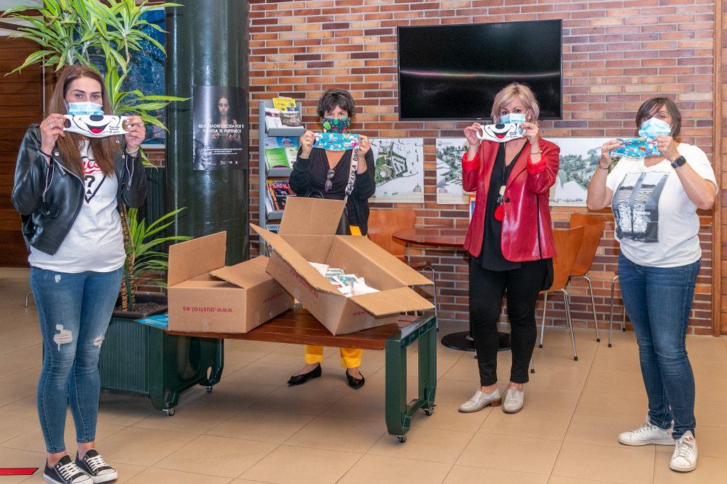 La alcaldesa, Rosa Díaz; la concejal de Educación, Alicia Martínez Bustillo, y las presidentas e las Ampas muestran las mascarillas infantiles que serán repartidas