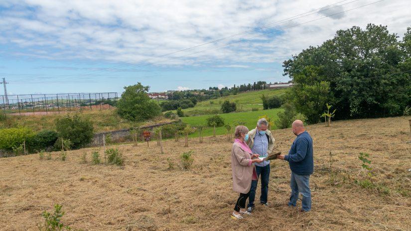 La alcaldesa de Polanco, Rosa Díaz Fernández, y el concejal Avelino Rodríguez Muriedas visitan la finca donde se instalará la pista multideporte
