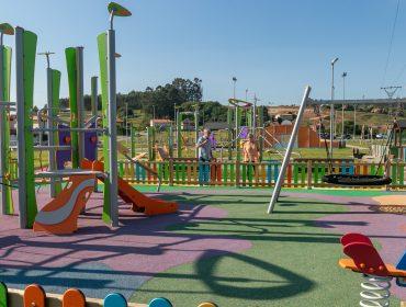 La alcaldesa de Polanco, Rosa Díaz Fernández, y el concejal de Obras, Avelino Rodríguez Muriedas, inspeccionado el ampliado parque infantil de Rinconeda que mañana entra en servicio