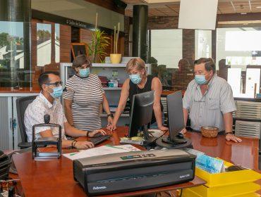 La alcaldesa, Rosa Díaz Fernández, repasa con concejales y funcionarios las peticiones presentadas al programa de ayudas a autónomos y micropymes