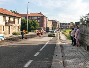 La alcaldesa de Polanco, Rosa Díaz Fernández, y los concejales Avelino Rodríguez Muriedas y Alicia Martínez Bustillo visitando la zona donde se desarrollan los trabajos