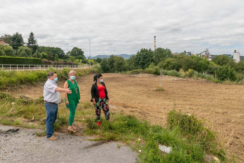 La alcaldesa, Rosa Díaz Fernández, y los concejales de Medio Ambiente y Barrios comprueban la limpieza de una finca abandonada en Requejada