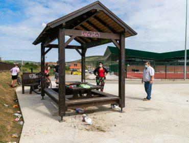 Los concejales de Medio Ambiente y Barrios, Isabel Herrera y Fernando Sañudo, comprueban los daños ocasionados en el mobiliario urbano en el parque de Requejada tras un reciente acto vandálico