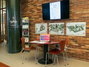 Punto informativo que se instaló en el Ayuntamiento de Polanco para recoger las encuestas sobre el Plan de Igualdad