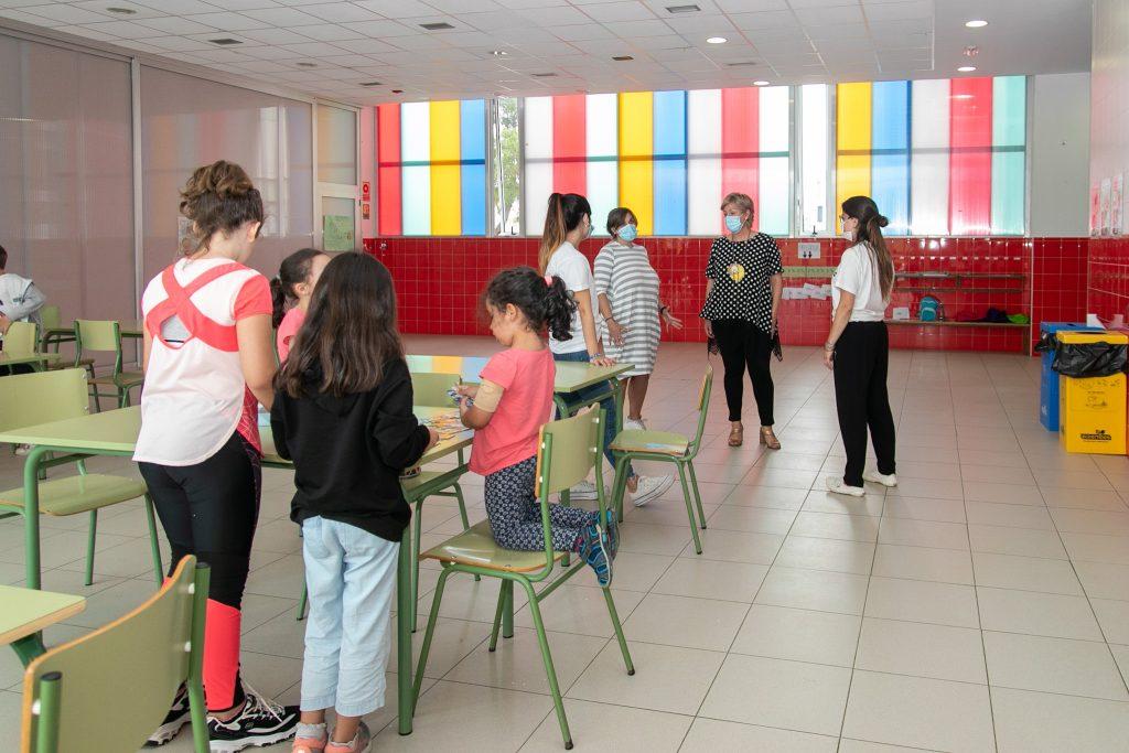 La alcaldesa, Rosa Díaz Fernández, y la concejal de Educación, Alicia Martínez Bustillo, en una reciente visita a las actividades escolares de verano
