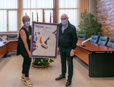 La alcaldesa de Polanco, Rosa Díaz Fernández, recibe del pintor Pedro Sobrado la obra