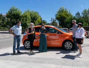 La alcaldesa de Polanco, Rosa Díaz Fernández, y concejales del Ayuntamiento reciben explicaciones del personal de Adamo sobre el plan de despliegue de su red de alta velocidad