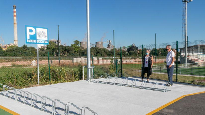 La alcaldesa de Polanco, Rosa Díaz Fernández, y el concejal de Obras, Avelino Rodríguez Muriedas, junto al primer aparcabicicletas instalado en Rinconeda
