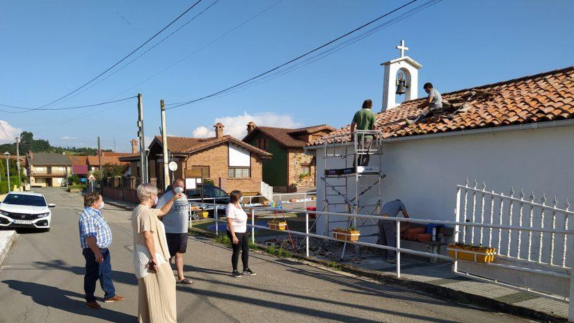 La alcaldesa y los concejales de Barrios y Cultura junto a vecinos asisten al inicio de los trabajos de reparación de la cubierta en la ermita de San Elías