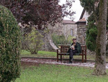 Un actor teatraliza a Pereda leyendo en el jardín de su casa en el centro de Polanco