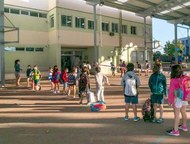 Niños esperan para acceder al colegio Pérez Galdós, de Requejada, cuya limpieza y desinfección se ha reforzado