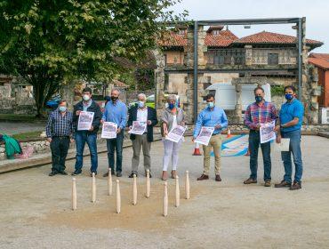 Representantes del Ayuntamiento y de las FCB y FEB en el corro de Polanco donde se disputará la final del Campeonato
