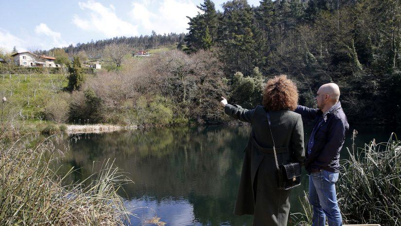 Visitantes observando el Pozo Tremeo