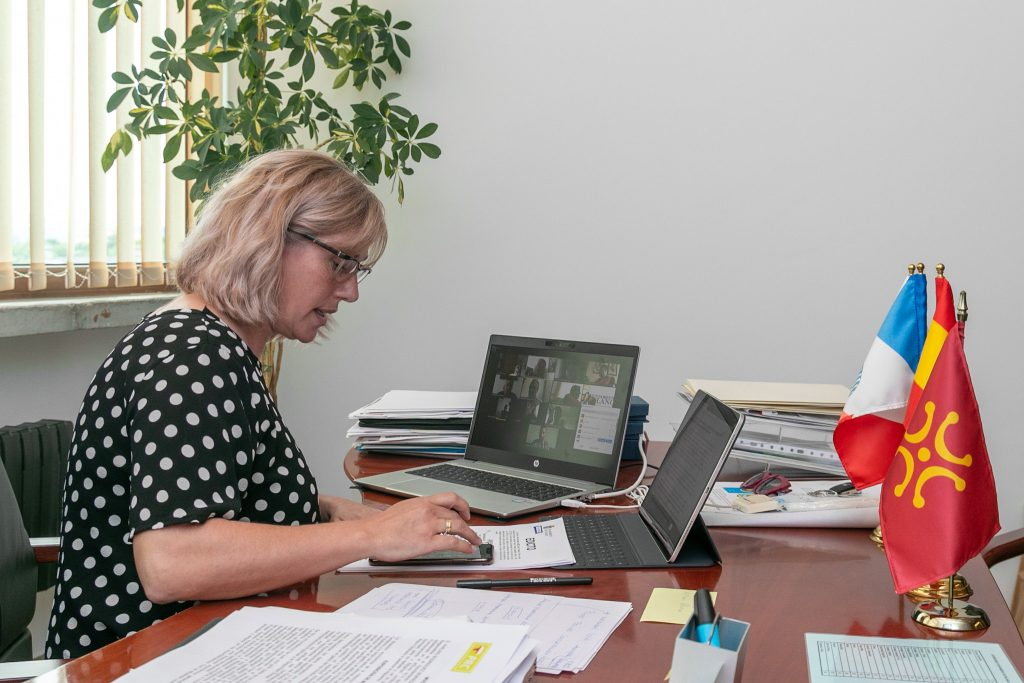 La alcaldesa de Polanco presidiendo un pleno telemático de la Corporación