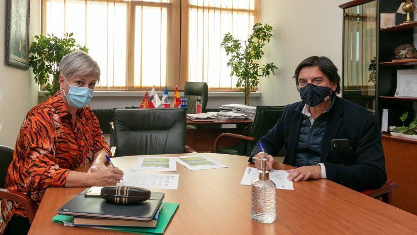 La alcaldesa y el empresario durante la firma del acuerdo de cesión de la parcela
