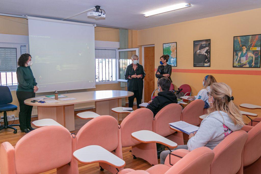 La alcaldesa y la concejal de Igualdad en su visita a las mujeres participantes en la actividad