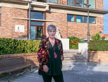 La alcaldesa de Polanco, Rosa Díaz Fernández, frente al edificio del Ayuntamiento